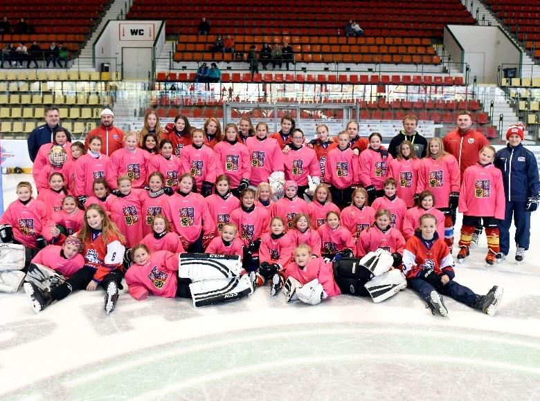Světový víkend dívčího hokeje znovu lákal! Na zimáky přitáhl téměř 100 malých hokejistek