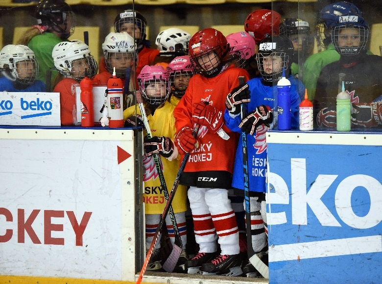Téměř stovku dívek přilákal do Příbrami Světový víkend dívčího hokeje